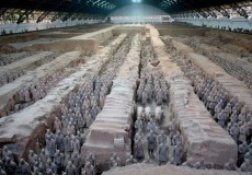 Los Guerreros de terracota son un conjunto de más de 8000 figuras de guerreros y caballos de tamaño real, que fueron enterradas cerca del autoproclamado primer emperador de China de la Dinastía Qin, Qin Shi Huang, en 210-209 a.C.
